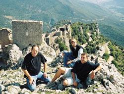 L'auteur à gauche, au château de Peyrepertuse (Aude) Mathieu Rabaudy, créateur du site « Le Griffon d'Argent » et Vincent Claveau