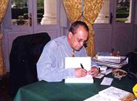 L'auteur dédicace ses ouvrages au Palais Niel (Q.G. de la 11° BP)