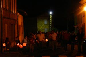 Les villageois finissent le tour du village éclairés de leur lampion.
