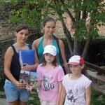 Élisabeth et les enfants devant le château de Belcastel