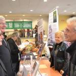 M.le Maire Jean Cambon et M. Paris s'entretie,nnent avec Roger Cavalié, l'auteur de « Le  vieux cartable » .