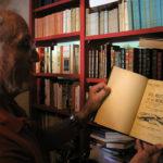 Maurice CAYROU ,le petit-fils de Frédéric Cayrou présente l'ouvrage original LO BESTIARI DE LA BORDA