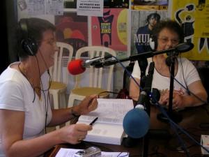 Dans les studios de Radio Assi, Nadyne Vern Frouillou et Marthe Pendariès