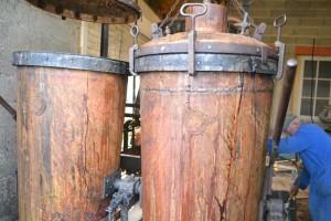 André Rouère surveille le bon déroulement de la distillation.