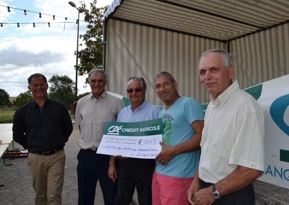 Mr Buffel remet symboliquement le chèque du Crédit Agricole à Monsieur Fracassin, représentant le Comité des fêtes, en présence de Georges ROQUES, maire de Beauvais sur Tescou