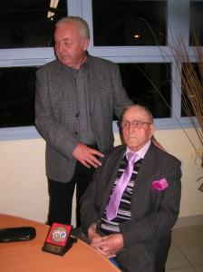 M. Roger Cousseran a remis la médaille communale à notre dynamique centenaire, Georges Vieu.