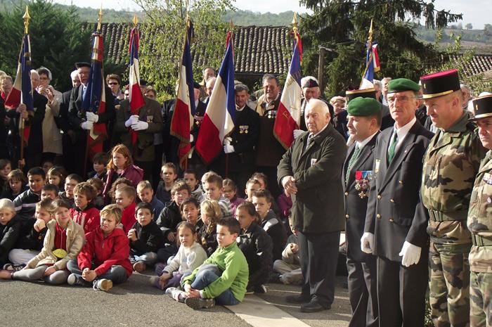 Porte drapeaux, enfants et Anciens Combattants.