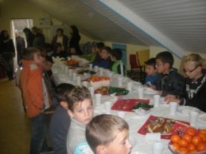 """""""Les enfants de l'école de foot ont eu le plaisir de partager un goûter de Noël. Pour égayer leurs papilles : chocolat chaud, mandarine , gâteaux confectionnés par les mamans et petits chocolats. Un moment de partage avant de rechausser les crampons courant janvier."""