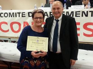 Francine reçoit la plus haute distinction des mains du Président de la Fédération de pétanque.