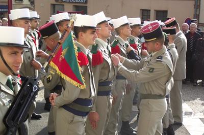 Les nouveaux légionnaires reçoivent l'insigne de leur régiment.