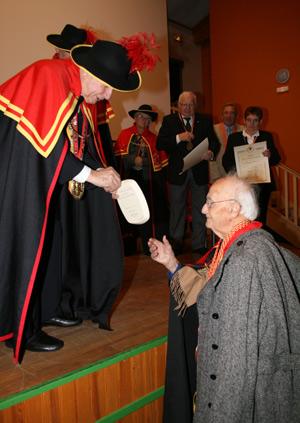 Le Grand Maître Hubert Nonorgues remet un cadeau au centenaire Nadal Rey.