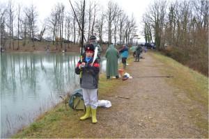 Enfants ou adultes, tout le monde apprécie la pêche au lac.
