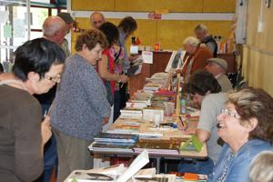 L'après midi, beaucoup de visiteurs dans les allées. Les auteurs sont ravis, comme ici Jacqueline Boyé.