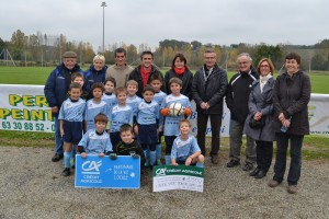 L'école de foot de Monclar reçoit un chèque du Crédit Agricole en présence de personnalités du Crédit Agricole, de la Mairie et du club.